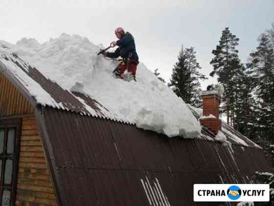 Уборка снега с крыши. Работает опытный альпинист Барнаул