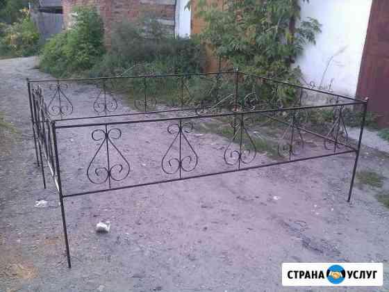 Оградки, кресты на кладбище Бийск